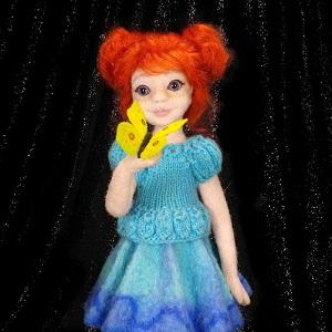 кукла девочки с бабочкой на руке из шерсти