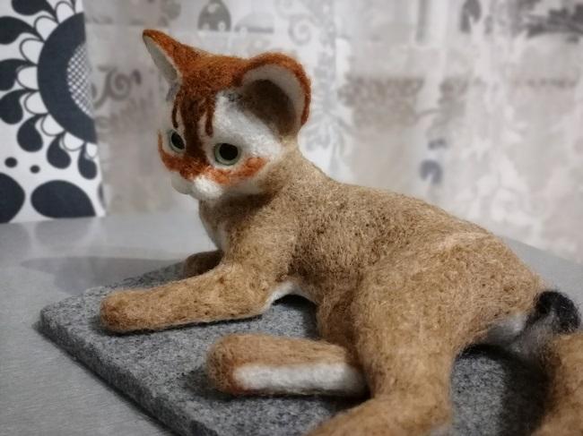 трехцветный котенок из шерсти