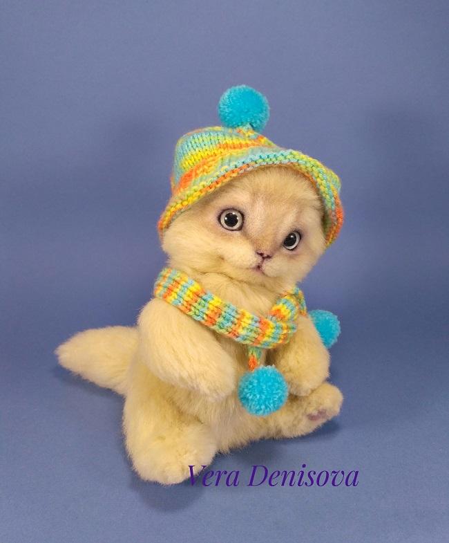 котенок в шапке и шарфе теди