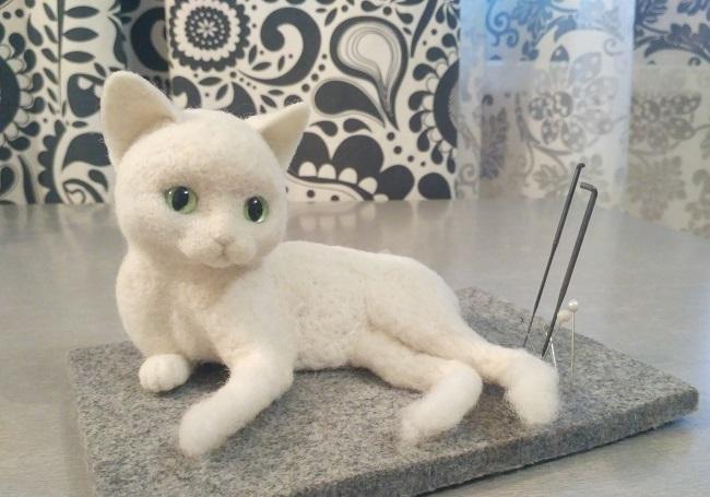войлочный котенок белого цвета