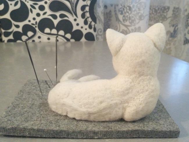 войлочный котенок спина