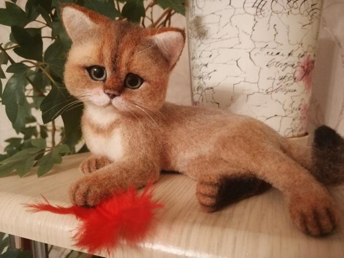 авторская работа котенок с перышком из шерсти