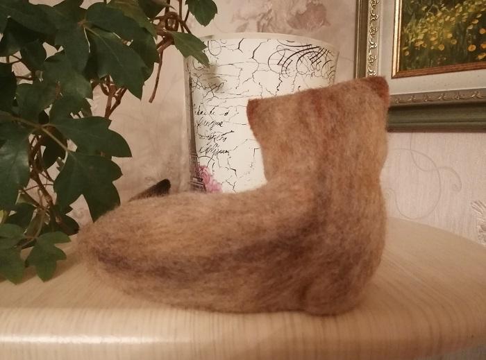 котенок из валяной шерсти спина